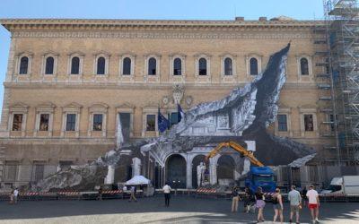 Il ritorno di JR, che squarcia le pareti di Palazzo Farnese a Roma
