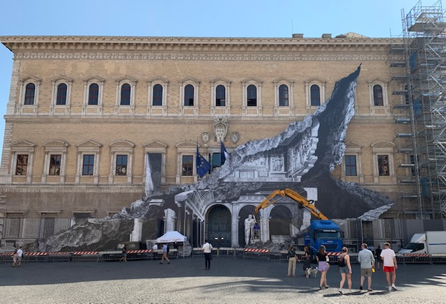 The return of JR, who tears the walls of Palazzo Farnese in Rome